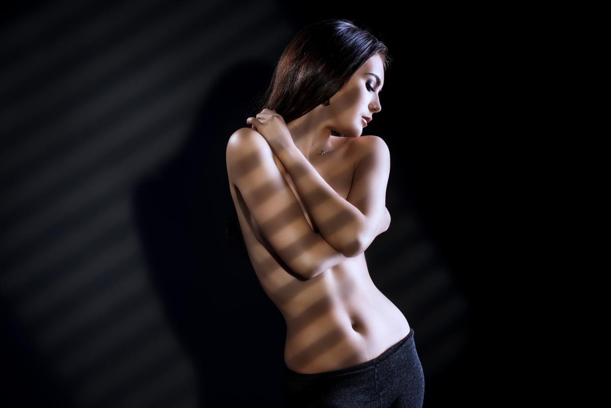 性感裸身美女艺术写真黑背景5K壁纸